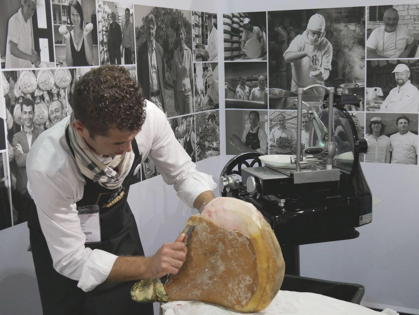 Tagliare a coltello il prosciutto crudo con osso